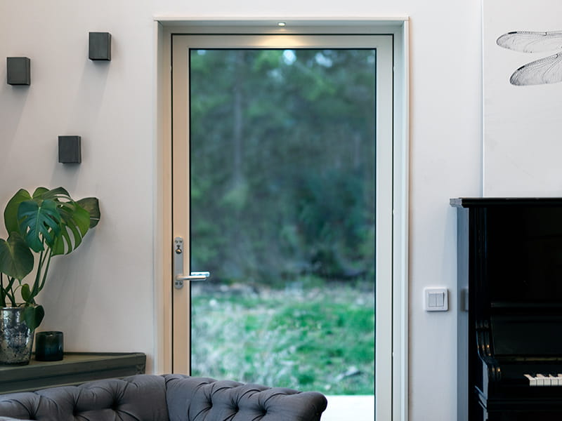 The luminaire Core from Hidealite illuminates the door frame in a living room.